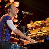 Chris Martin actuando en la entrega de los Premios NME 2016 en Londres