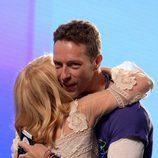 Chris Martin y Kylie Minogue abrazándose en la entrega de los Premios NME 2016 en Londres