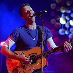 Chris Martin durante la actuación de Coldplay en la entrega de los Premios NME 2016 en Londres
