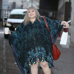 Beth Ditto pasea en Londres con un abrigo estampado