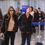 Liz Hurley llega al aeropuerto de Marbella con su hijo Damian Charles