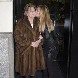 Lara Dibildos, muy cariñosa con su madre Laura Valenzuela en la celebración de su 85 cumpleaños