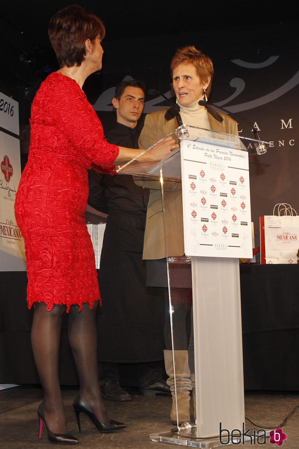 Mercedes Milá e Irma Soriano en los Premios Pata Negra 2016