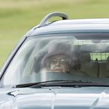 La Reina Isabel II conduciendo un coche en Windsor