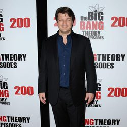 Nathan Fillion en la fiesta de 'The Big Bang Theory' por sus 200 capítulos