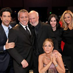 Los actores de Friends junto a James Burrows en NBC