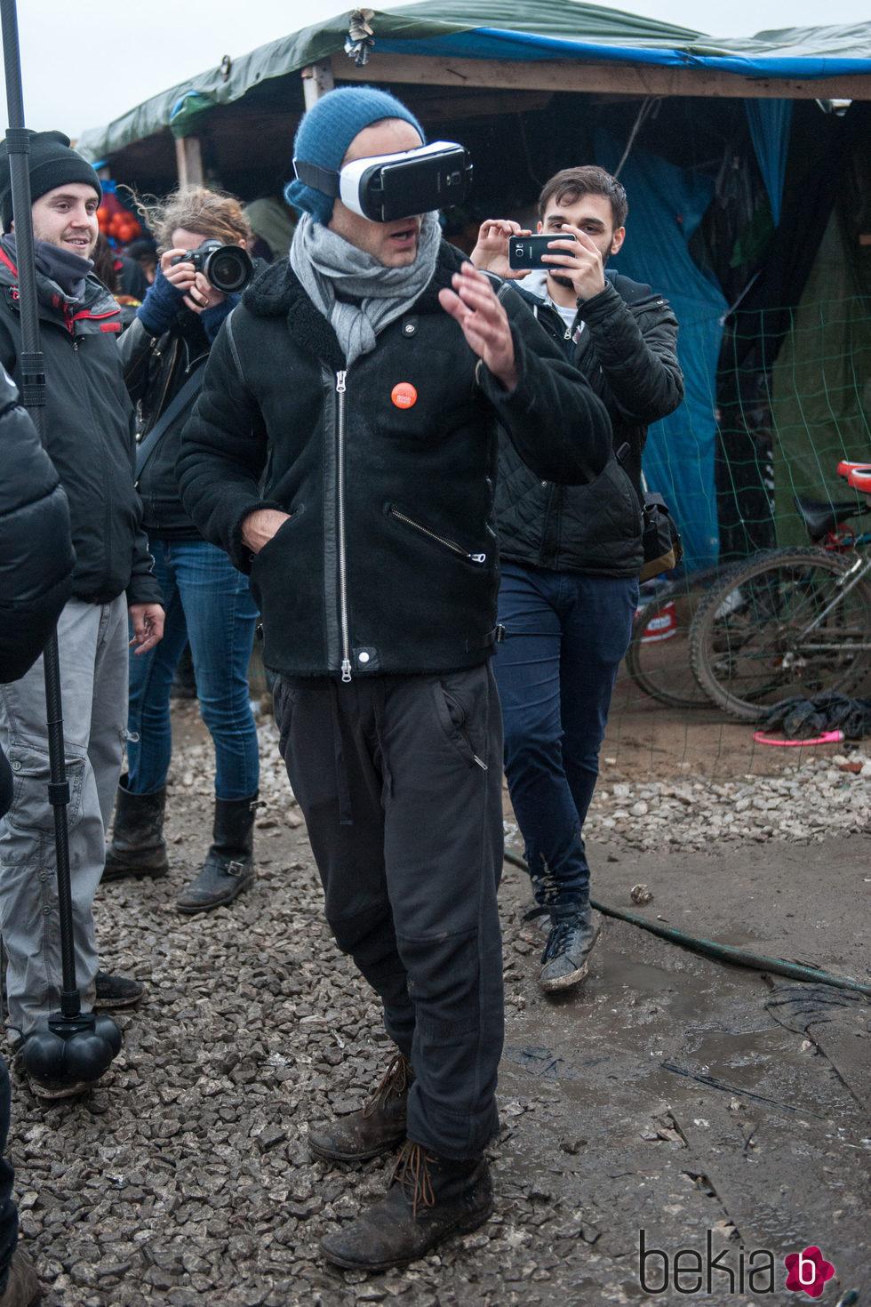 Jude Law con unas gafas de realidad virtual durante su visita al campo de refugiados de Calais