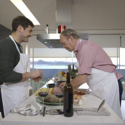 Iker Casillas y Bertín Osborne cocinando en 'En la tuya o en la mía'