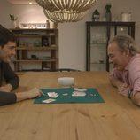 Iker Casillas y Bertín Osborne jugando a las cartas en 'En la tuya o en la mía'