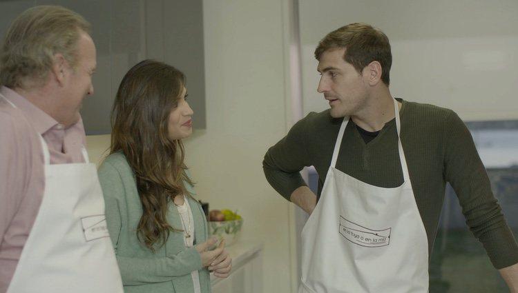 Sara Carbonero mira embelesada a Iker Casillas en 'En la tuya o en la mía'