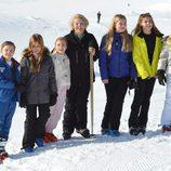Beatriz de Holanda posa con 6 de sus 8 nietos en sus vacaciones de invierno en Austria