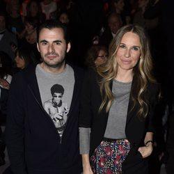 Emiliano Suárez y Carola Beleztena en el desfile de Francis Montesinos de la Prada en Madrid Fashion Week otoño/invierno 2016/2017