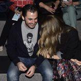 Emiliano Suárez y Carola Beleztena muy cariñosos en el desfile de Francis Montesinos de la Prada en Madrid Fashion Week otoño/invierno 2016/2017