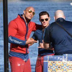 Zac Efron y Dwayne Johnson retratándose en un descanso del rodaje de 'Los vigilantes de la playa'