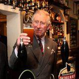 El Príncipe Carlos tomándose una cerveza en Norfolk
