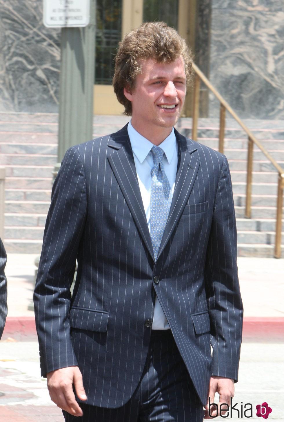 Conrad Hilton a la salida de los juzgados tras declarar por el incidente del vuelo
