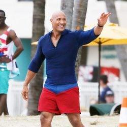 Dwayne Johnson saludando en el rodaje de 'Los vigilantes de la playa'