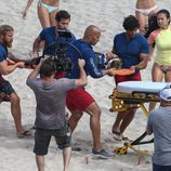 Dwayne Johnson socorriendo a una víctima en el rodaje de 'Los vigilantes de la playa'