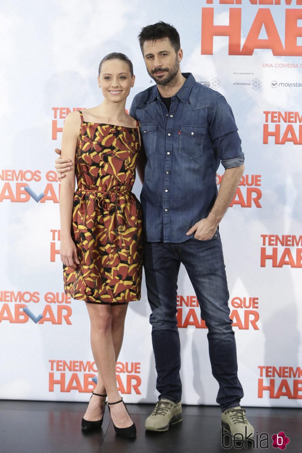 Michelle Jenner y Hugo Silva en la presentación de 'Tenemos que hablar'