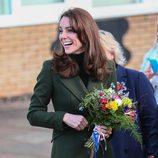 Kate Middleton, sonriente en su visita a una escuela en Londres