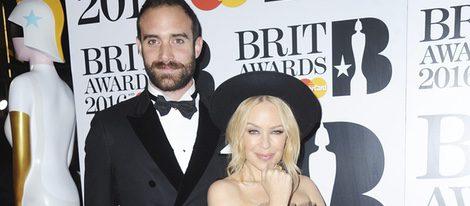 Kylie Minogue y Joshua Sasse en la alfombra roja de los Premios Brit 2016