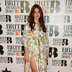 Lana Del Rey en la alfombra roja de los Premios Brit 2016