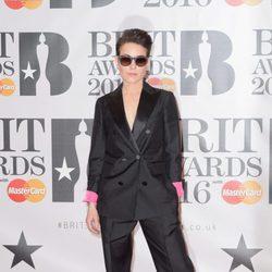 Noomi Rapace en la alfombra roja de los Premios Brit 2016