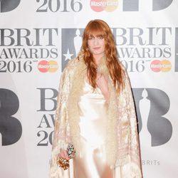 Florence Welch en la alfombra roja de los Premios Brit 2016