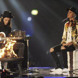 Justin Bieber y James en su actuación en los Premios Brit 2016
