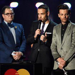 Liam Payne y Louis Tomlinson recogen su galardón en los Premios Brit 2016