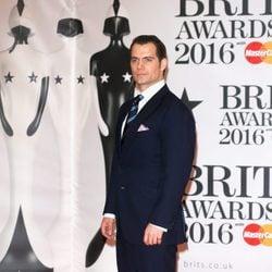 Henry Cavill en la alfombra roja de los Premios Brit 2016