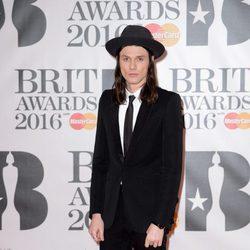 James Bay en la alfombra roja de los Premios Brit 2016