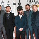 Foals en la alfombra roja de los Premios Brit 2016