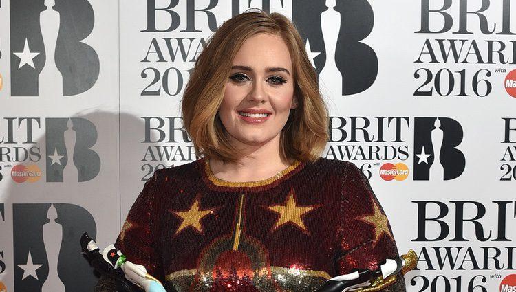 Adele sostiene sus Premios Brit 2016