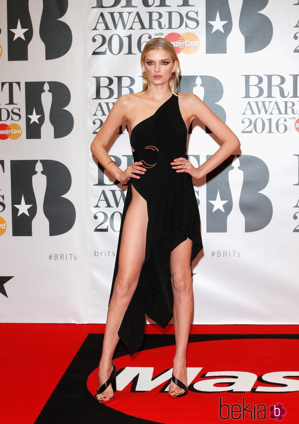 Lily Donaldson en la alfombra roja de los Premios Brit 2016