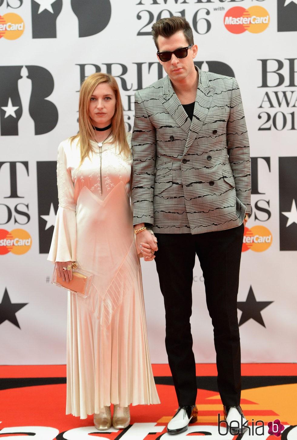 Mark Ronson y Joséphine de La Baume en la alfombra roja de los Premios Brit 2016