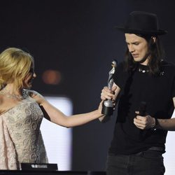 James Bay recoge su Premio Brit 2016 de manos de Kylie Minogue