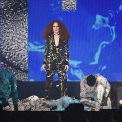 Jess Glynne en su actuación en los Premios Brit 2016