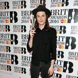 James Bay recoge su galardón en los Premios Brit 2016