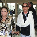 María Navarro e Isabel Pantoja en el aeropuerto de Barcelona