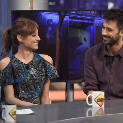 Michelle Jenner y Hugo Silva muy cómplices presentando 'Tenemos que hablar' en 'El hormiguero'