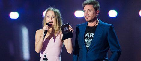 Suki Waterhouse y Simon Le Bon entregando un premio en la gala Brit Awards 2016