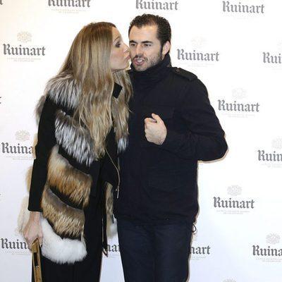 Carola Baleztena besando a Emiliano Suárez en la apertura de la Feria de ARCO 2016