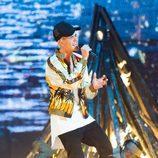 Justin Bieber durante su actuación en los Premios BRIT 2016