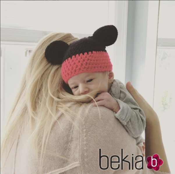 Luisana Lopilato abrazando a su hijo Elías