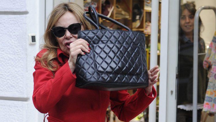 Ana Obregón se esconde detrás de su bolso en Madrid al ver a los fotógrafos
