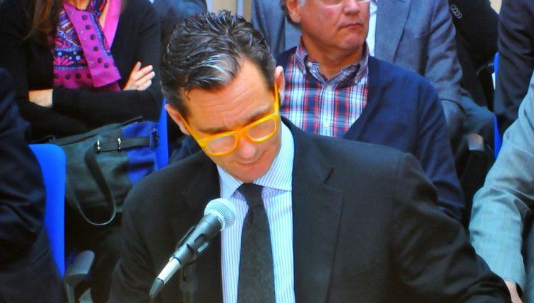 Iñaki Urdangarín lee documentación con unas gafas naranjas en su declaración en el juicio de Nóos