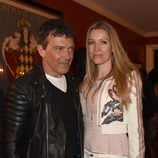 Antonio Banderas y Nicole Kimpel en una fiesta en Los Angeles