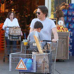 Olivier Martínez lleva a su hijo en el carrito de la compra