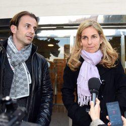 Arantxa Sánchez Vicario y Josep Santacana hablan con los medios a la salida del tanatorio